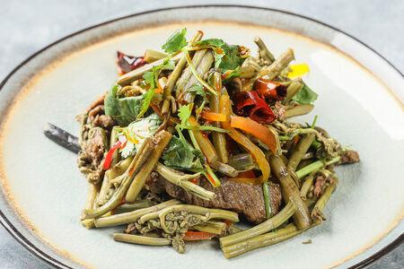 Салат с папоротником и говядиной