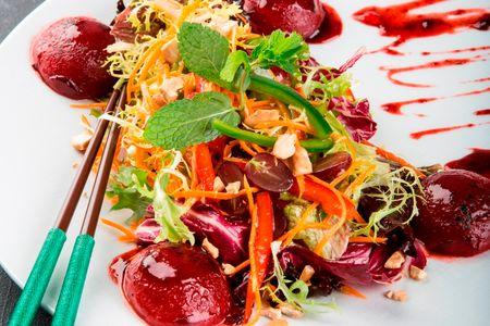 Салат со сливой и соусом тамаринд