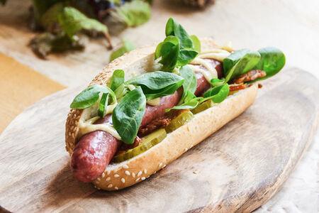 Хот-дог с колбаской из говядины