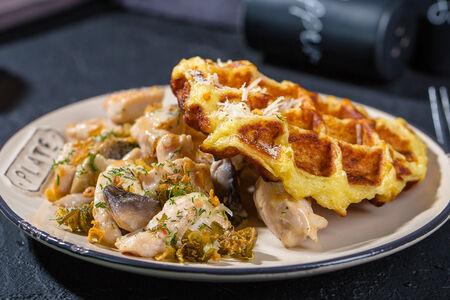 Картофельная вафля с куриным мясом и грибами