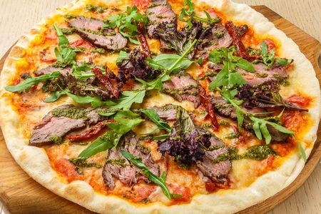 Пицца с ростбифом и рукколой