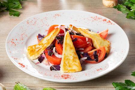 Салат из помидоров с жареным сулугуни