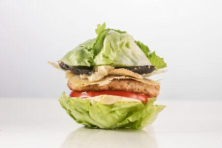 Цезарь бургер в листьях салата айсберг