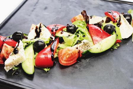 Греческий салат с домашним сыром и оливками