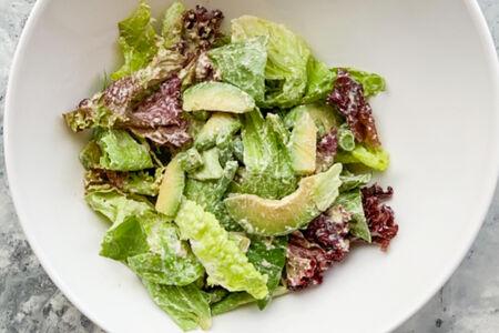 Зеленый салат с авокадо, стручковой фасолью в кунжутном соусе