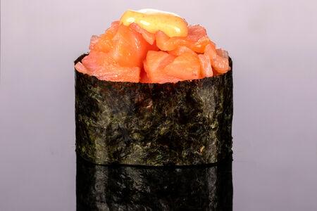 Гункан Спайси с копченым лососем