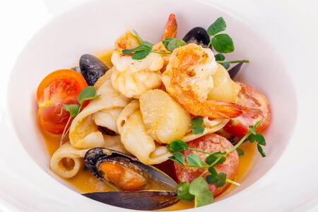 Соте из морепродуктов с томатами черри