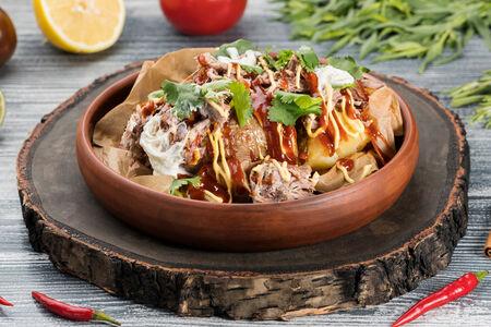 Картофель с рваной свининой барбекю