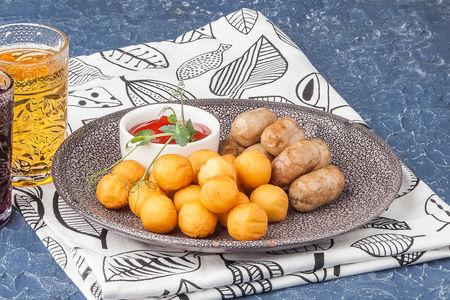 Куриные колбаски с картофельными шариками