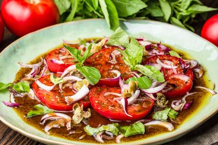 Розовые помидоры с ялтинским луком