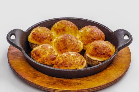 Шампиньоны жареные с сыром сулугуни