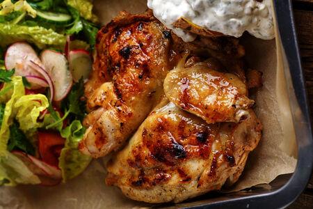 Половина фермерского цыпленка-гриль с печеным картофелем