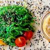 Фото к позиции меню Салат Чука с фирменным ореховым соусом