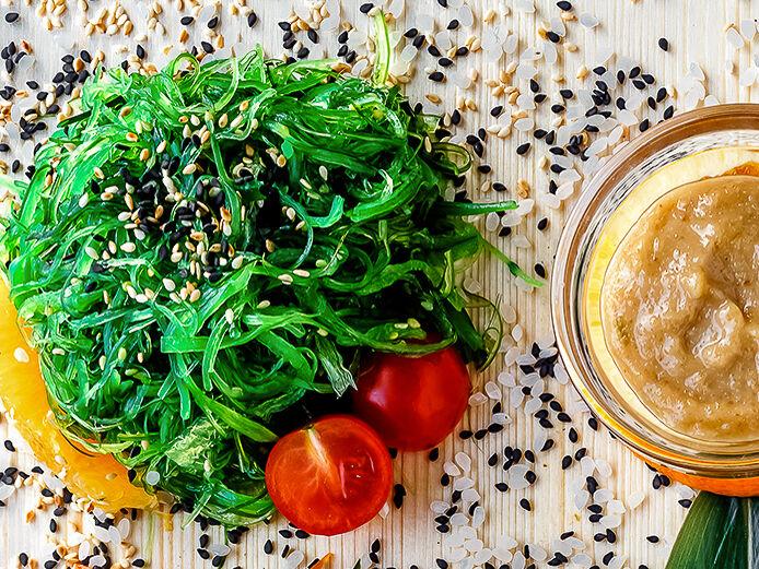 Салат Чука с фирменным ореховым соусом
