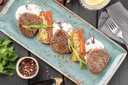 Медальоны из говядины с гратеном из овощей