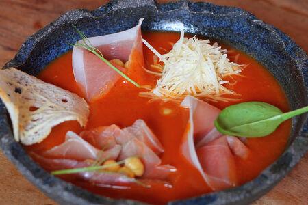 Томатный крем-суп с нутом и хамоном