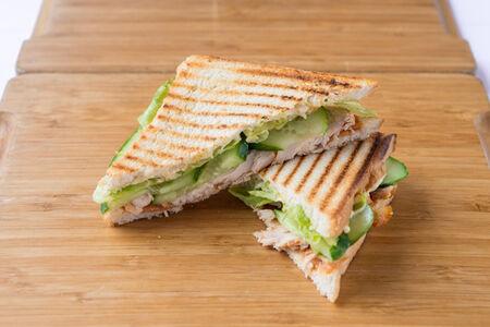 Сэндвич с курицей на злаковом хлебе