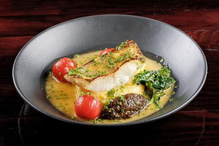 Филе судака со шпинатом, черри и картофельным пюре