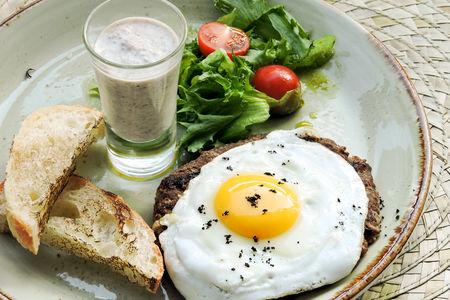 Бифштекс с яйцом и грибным соусом
