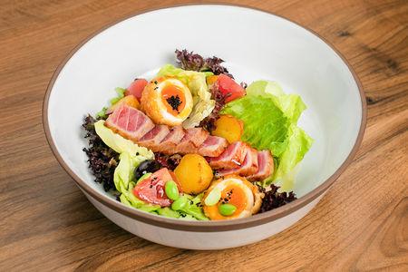 Салат с теплым тунцом и соусом вителло тонато
