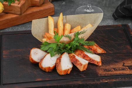 Стейк из куриного филе с жареным картофелем
