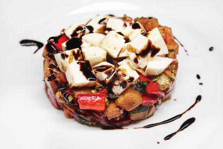 Теплый салат с баклажаном и сыром