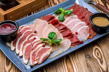 Ассорти сырокопченого мяса