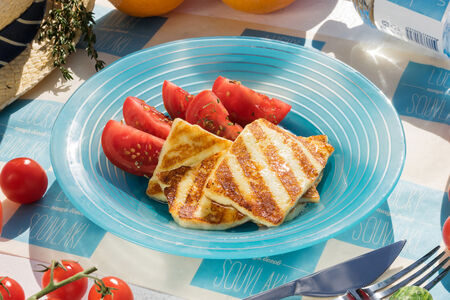 Жареный сыр Халуми с помидорами
