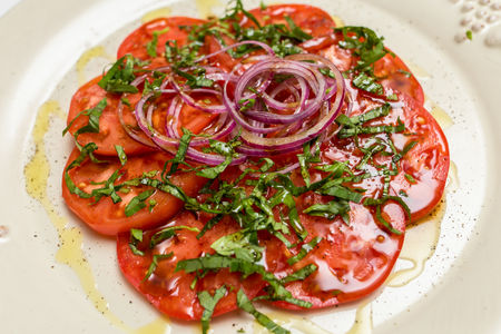 Салат с томатами и базиликом
