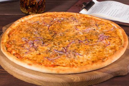 Пицца с тунцом и красным луком по-сицилийски