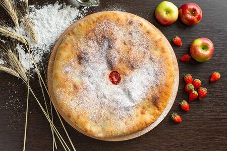 Осетинский пирог с клубникой и яблоками
