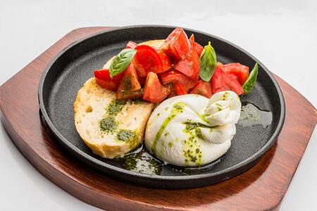 Буррата на брускетте с томатами