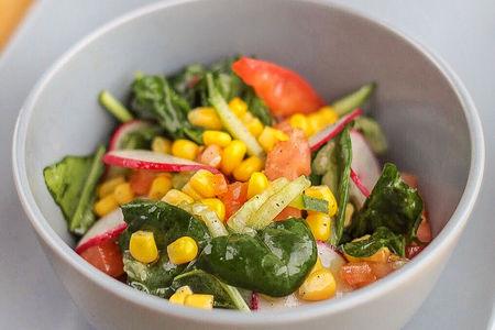 Салат Легкий со шпинатом