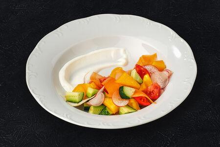 Салат из свежих овощей с деревенской сметаной
