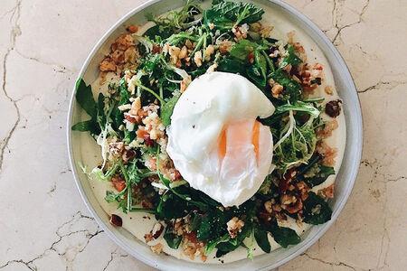 Салат с киноа, овощами и яйцом пашот