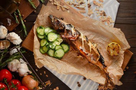 Копченая скумбрия с салатом из огурцов