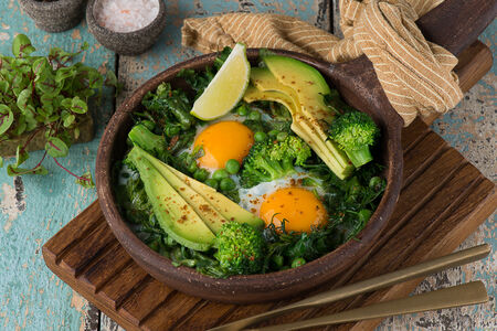 Яичница с зеленью и авокадо
