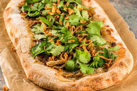Пицца с телячьими щечками, кинзой и луком