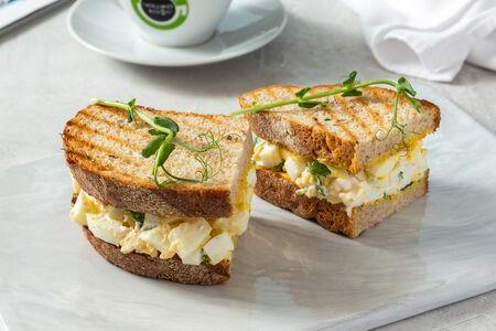 Сэндвич с яйцом и горчичным соусом