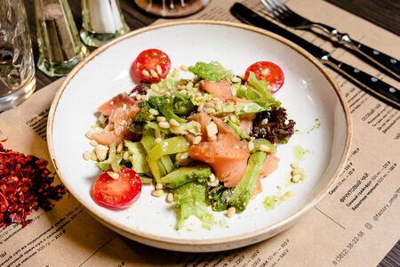 Салат с форелью и авокадо