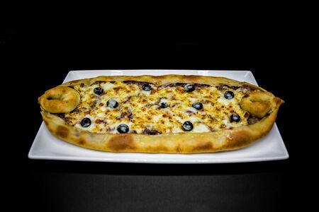 Пицца-пиде с говядиной, томатами и сыром