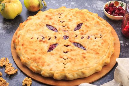 Осетинский пирог с вишней и яблоком
