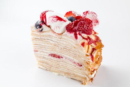 Порция Блинного торта с ягодами и маршмеллоу