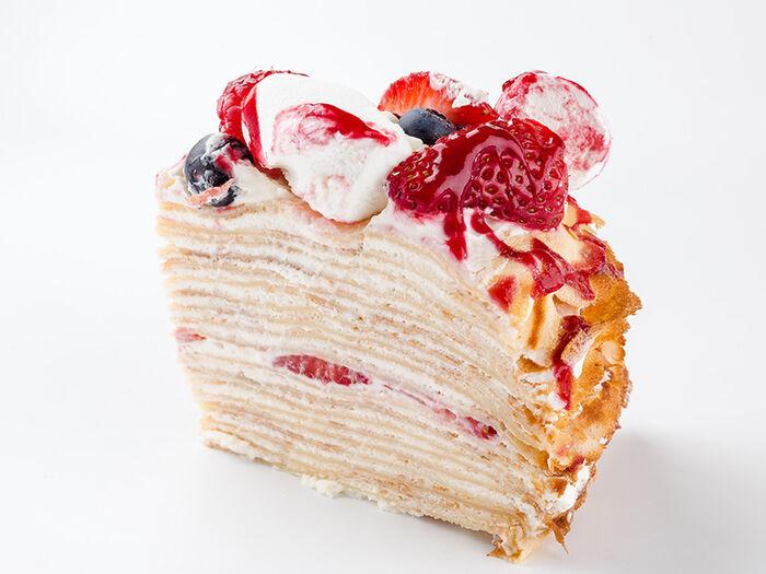 Кусочек Блинного торта с ягодами и маршмеллоу