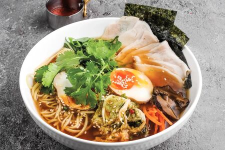 Суп Рамен с цыпленком, яичной лапшой и овощами