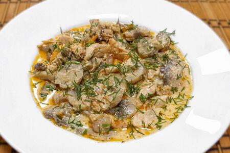 Курица с грибами под сливочным соусом