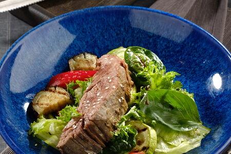 Салат с говядиной Конфи и овощами гриль
