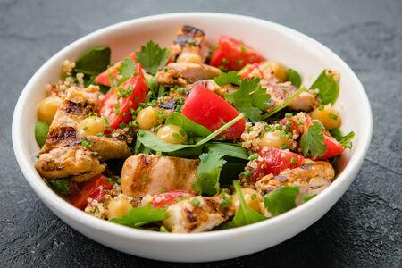 Салат с цыпленком, киноа и имбирным соусом