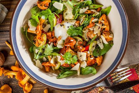 Салат с лисичками и яйцом-пашот
