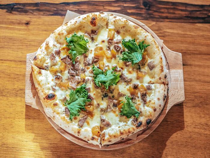 Пицца с карамелизированной грушей и горгонзолой
